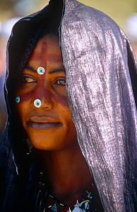 Portrait of woman in traditional clothing celebrating the Iferouane festival, central Niger, 2005.  -  Steve O. Taylor (GHF)
