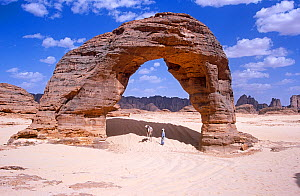 Rock arch in the far north of Niger, 2005.  -  Steve O. Taylor (GHF)