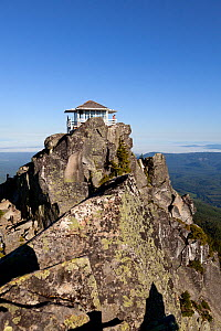 Lookout point on top of Mount Pilchuck, Mount Pilchuck State Park, Cascade Mountains, Washington, USA, July 2014. Model released.  -  Kirkendall-Spring