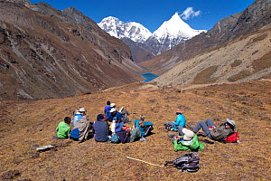 Hikers take a tea break on the asent to Bhonte La Pass (4,380m/16,00ft) the high point of Jhomolhari Trek.  Bhutan, October 2014. Model released.  -  Kirkendall-Spring