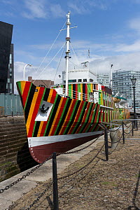 Dazzle ship and former Liverpool pilot ship 'Edmund Gardner' berthed in Liverpool Albert Dock complex as part of the Maritime museum. Painted by Venezuelan artist Carlos Gruz Diez. Liverpool, Merseysi... - Norma  Brazendale