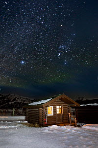 Cabin in snow on starry night, Buffalo Ranch, Lamar Valley, Yellowstone National Park, Wyoming, USA. February 2015.  -  Kirkendall-Spring