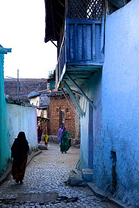 Muslim woman walking down narrow streets, in Harar, an important holy city in the Islamic faith, UNESCO World Heritage Site. Ethiopia, November 2014  -  Enrique Lopez-Tapia