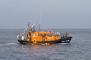 New lifeboat RNLB Edmund Hawthorn Micklewood performing rescue demonstration in front of the Hoylake lifeboat station after it's official launch and naming ceremony. Hoylake, Wirral, Merseyside, Engla... - Norma  Brazendale