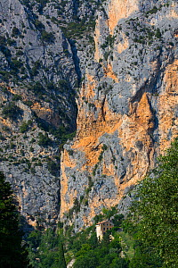 House in gorge next to steep cliff, Moustiers-Ste-Marie Village, Gorges du Verdon Natural Park, Alpes Haute Provence, France, June 2015.  -  Juan  Carlos Munoz