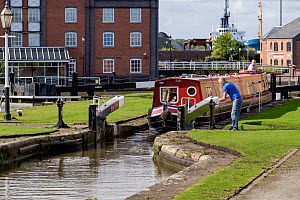 Narrow boat wating in the lock systen to enter the Ellesmere Port Boat Museum. Ellesmere Port, Cheshire, England UK. September 2015 . - Norma  Brazendale