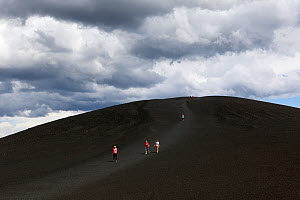 Tourists walking down from Inferno Cone, Craters Of The Moon National Monument, Idaho, USA, July 2015.  -  Kirkendall-Spring