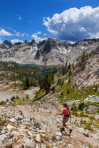Day hiker on trail above Twin Lakes, Sawtooth Wilderness, Sawtooth National Recreation Area, Idaho, USA. July 2015. Model released.  -  Kirkendall-Spring