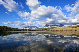 Sunrise at Little Red Fish Lake with Sawtooth Range in distance, Idaho, USA. July 2015.  -  Kirkendall-Spring
