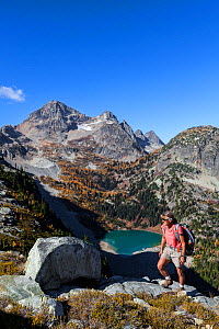 Vicky Spring hiking near Horsefly Pass above Lewis Lake, North Cascade National Park Complex, Washington, USA, October 2015. Model Released.  -  Kirkendall-Spring