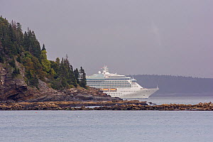 Cruise ship 'Brilliance of the Seas' in Bar Harbor, Acadia National Park, Maine, USA. September 2015. - George  Sanker