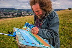 Landscape painter Ian Shearman  painting landscape on Selsley Common, Stroud, Gloucestershire, UK. September 2015.  -  Nick Turner