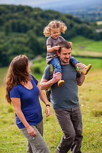 Family walking on Selsley Common on the Cotswold Way, Gloucestershire, UK. August 2012. Model released. - Nick Turner