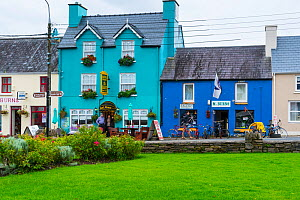 Colourful painted house facades in Sneem Village, Ring of Kerry Trail, Iveragh Peninsula, County Kerry, Ireland, Europe. September 2015. - Juan  Carlos Munoz