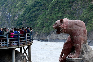 Chinese tourists in front of statue in Tiger Leaping Gorge, Haba Xue Shan Range. Yunnan, China, October 2016.. - Enrique Lopez-Tapia