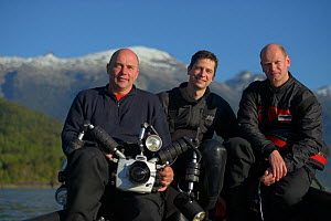 GEO-Photographer Solvin Zankl (left) and GEO-Editor Lars Abromeit (centre) with Dive Assistent Tom Arpe (right), Comau Fjord, Patagonia, Chile - Solvin Zankl