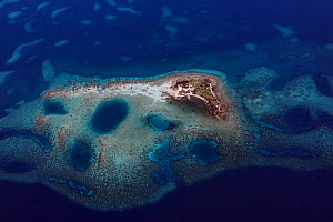 Aerial view of southern Belize barrier reef, showing Little Water Caye, site of the ranger station for Gladden Spit and Silk Cayes Marine Reserve, off Placencia. Belize Barrier Reef Reserve System UNE...  -  Doug Perrine