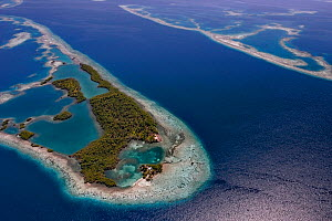 Aerial view of channel through southern Belize barrier reef, with house on small caye. Near Placencia, Belize Barrier Reef Reserve System UNESCO Natural World Heritage Site, Central America.  -  Doug Perrine