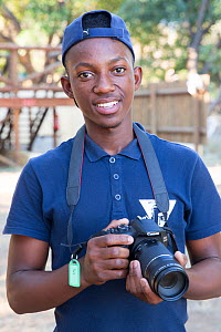 Pupil with DSLR camera during residential photography course organised by Wild Shots Outreach. Kruger National Park, South Africa, June 2017.  -  Wild Shots Outreach
