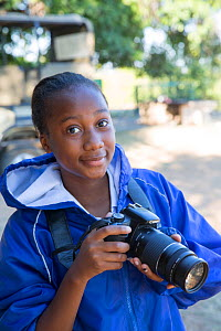 Pupil Evelyn Lekanyane with DSLR camera during residential photography course organised by Wild Shots Outreach. Kruger National Park, South Africa, June 2017.  -  Wild Shots Outreach