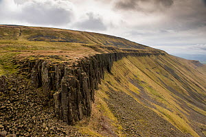 The Whin Sill at High Cup with heavily jointed dolerite at top of u-shaped valley, Appleby in Westmorland, Cumbria, England, UK, March 2017. - Graham Eaton