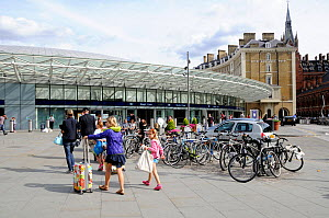 Passengers walking towards Kings Cross train station, London, England, Britain, UK, August 2014. - Pat  Tuson
