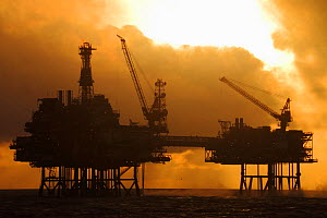 Sun setting at the Forties oilfield, North Sea. December 2016. - Philip  Stephen