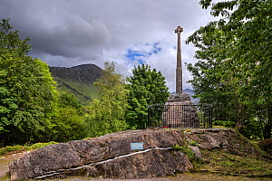 Monument with Celtic cross commemorating the Massacre of the Clan MacDonald of Glencoe in 1692, Glen Coe, Lochaber, Scottish Highlands, Scotland, UK, June 2017 - Philippe Clement