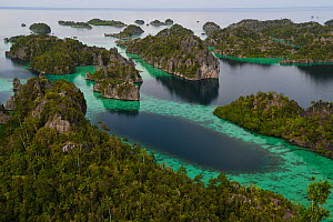 Karst islands in Misool archipelago, Raja Ampat, Western Papua, Indonesian New Guinea. December 2016. - Staffan Widstrand