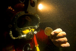 Archaeologist with Spanish Silver Pillar dollar from the Dutch East India ship - 'Rooswijk' wrecked on the 9th January 1740 on the Goodwin Sands. England, UK, September 2017. - Michael Pitts