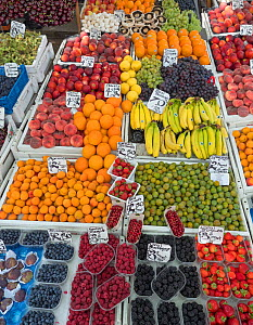 Fruit and vegetable stall, Norwich Market, England, UK, August 2017. - Ernie  Janes