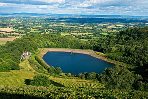 View from the Malvern Hills AONB of British Camp Reservoir, the Worcestershire Severn Plain and the Cotswolds from British Camp / Herefordshire Beacon, England, UK, August 2017. - Will Watson