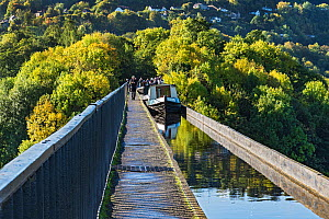 Canal barges crossing the Pont-Cysyllte aqueduct, heading north over the River Dee, near Trevor in the Vale of Llangollen, North Wales, UK September 2017. - Alan  Williams