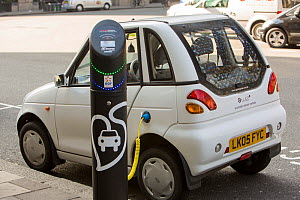 A G Wizz electric car at a pavement recharging station, London, England, UK, April 2013. - Ashley Cooper