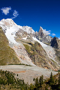 Rapidly retreating Brouillard glacier, and Freney Glacier, on the slopes of Mont Blanc du Courmayeur, the newly exposed rock clearly reveals the area the glacier used to cover. IAlps, Italy, August. - Ashley Cooper