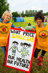 Protestors with a protest banner against fracking at a farm site at Little Plumpton near Blackpool, Lancashire, UK, where the council for the first time in the UK, has granted planning permission for...  -  Ashley Cooper