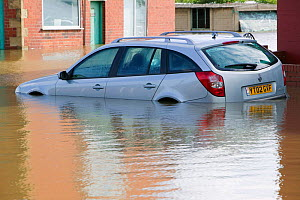 Car in flood waters in the village of Toll Bar near Doncaster, South Yorkshire, England, UK, 28th July 2007.  -  Ashley Cooper