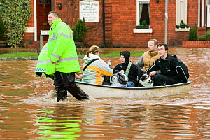 Emergency services helping people evacuate their homes, Carlisle, Cumbria, England, UK, 9th January 2005. - Ashley Cooper