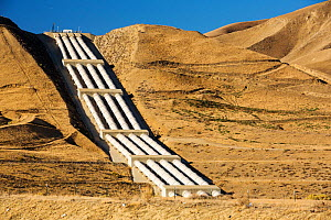 Pumping station sending water uphill over the mountains on the California aquaduct that brings water from snowmelt in the Sierra Nevada mountains to farmland in the Central Valley, California, USA, Se... - Ashley Cooper