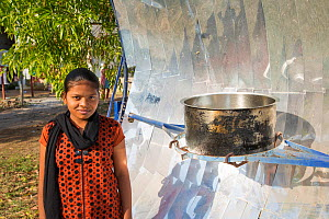 Woman with solar cooker, Muni Seva Ashram in Goraj, near Vadodara, India. December 2013.  -  Ashley Cooper