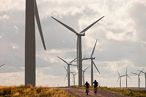 Mountain bikers at Black Law windfarm near Carluke in Scotland, UK. When it was constructed it was the largest wind farm in the UK with 54 turbines with a capacity of 97 Megawatts, enough to power 70,... - Ashley Cooper