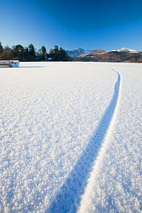Derwent Water completely frozen over with cycle tracks, Keswick, Lake District, England, UK, December 2010. - Ashley Cooper