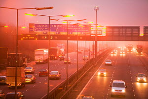 Cars driving on the M1 motorway, near Loughborough in evening fog. England, UK, December 2006 - Ashley Cooper