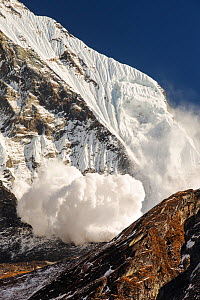 Avalanche on Machapuchare  / Fishtail Peak in the Annapurna Himalaya, Nepal. It was caused by a massive block of glacial ice detaching from the summit cliffs. 29th December 2012. - Ashley Cooper
