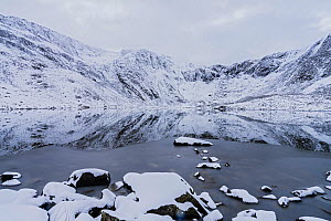 Llyn Idwal, partly frozen, with cliffs below Glyder Fawr and the Devil's Kitchen in background. Snowdonia National Park, North Wales, UK. February 2018. - Alan  Williams