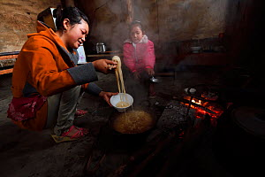 Family cooking in  Xiang Bai Lisu village, Tongbiguan Nature Reserve, Dehong Prefecture, Yunnan province, China, May 2017. - Staffan Widstrand / Wild Wonders of China