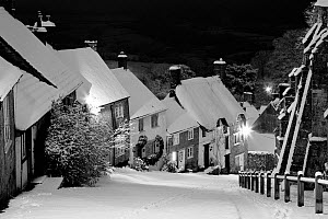 Gold Hill in winter, Shaftesbury, Dorset, England, UK. January 2010.  -  Guy Edwardes
