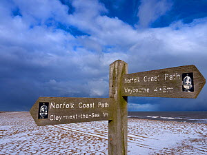 Coastal path sign at Cley Beach, under light snow, Norfolk, England, UK, February. - Ernie  Janes
