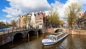 Timelapse of boats passing under the bridge on the corner of Keizersgracht and Leidesegracht and turning, Amsterdam, Netherlands, April 2017. Hellier  -  Gavin Hellier