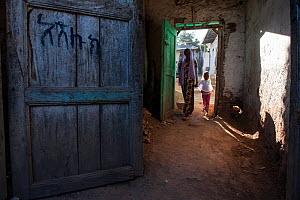 Woman and girl walking through passageway, Harar, Ethiopia. February 2008.  -  Francisco Marquez
